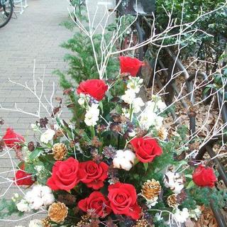 【お店の開店祝いやクリスマスのプレゼントに】白枝と赤バラのクリスマスアレンジ